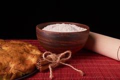 En una empanada americana, los ingredientes y las herramientas del albaricoque de la tabla de madera oscura en fondo negro Fotografía de archivo libre de regalías