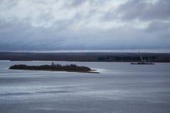 En una isla en el medio del río con la parte posterior borrosa de la línea de la playa del fondo Foto de archivo libre de regalías