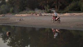 En una motocicleta en la playa metrajes