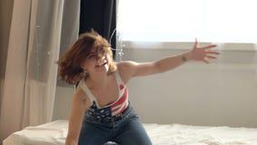 En una muchacha hermosa alegre, las almohadas vuelan, ella los lanzan detrás Mujer joven de la diversión muy emocional Muchacha f almacen de video