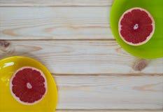 En una placa de la fruta cortada Foto de archivo libre de regalías