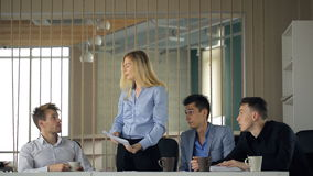 En una reunión de los colegas masculinos saque a una mujer, y ella lanza el papel en el aire metrajes
