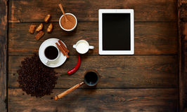 En una tabla desayuno ligero servido Foto de archivo libre de regalías