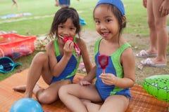 En una universidad en Bangkok, después de un curso de la natación, childre de la escuela Fotos de archivo libres de regalías