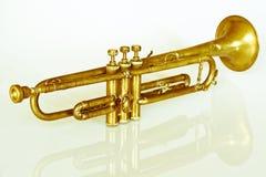 en underbar och välskött forntida trumpet av 40-tal ett gammalt instrument som spelade min faderjazzmusik Arkivbilder