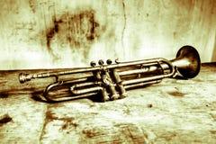 en underbar och välskött forntida trumpet av 40-tal ett gammalt instrument som spelade min faderjazzmusik Royaltyfri Bild