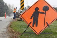 Vägen reparerar undertecknar och förser med besättning fotografering för bildbyråer