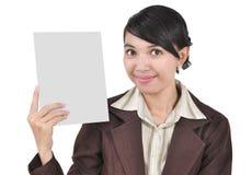 En ung affärskvinna medf8or ett blankt papper Royaltyfri Foto