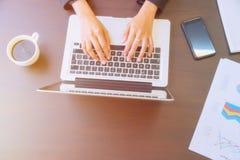En ung affärskvinna som använder bärbar datordatoren Royaltyfri Bild