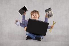 En ung affärsman kan göra något jobb, multitasking person arkivbilder