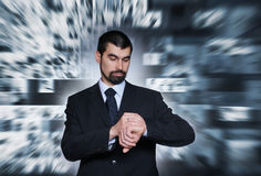 En ung affärsman kontrollerar tiden Royaltyfria Foton