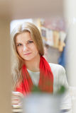 En ung attraktiv kvinna för europé är läseboken och skriver något ting i anteckningsbok vid pennan på tabellen inom det ljusa kaf arkivbilder