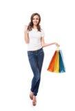 En ung, attraktiv och lycklig shoppingflicka Royaltyfria Bilder