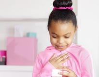 Flickan älskar gåvan Arkivfoto
