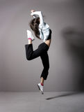 En ung brunettkvinnadans i sportig kläder Royaltyfri Bild