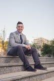 En ung Caucasian man som ler, affärsdräkt, formella kläder, ord arkivfoton