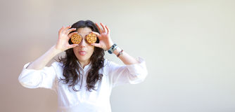 En ung dam visar hennes tunga Arkivfoto