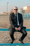 En ung elegant man är på stranden Ardea italy royaltyfri foto