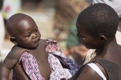 En ung etnisk moder och hon behandla som ett barn Arkivfoto