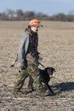 En ung för jägare fågeljakt ut royaltyfria bilder
