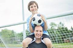 En ung fader för fotbollspelare royaltyfri fotografi