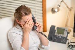 En ung flicka arbetar i en appellmitt för en arbetsplats hörlur och mikrofon serviceservice f?r illustration 3d teckenet f?r m?nn royaltyfri fotografi
