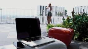 En ung flicka argumenterar med en arbetsgivare arkivfilmer