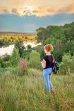 En ung flicka beundrar naturen under solnedgången Sund livsstil royaltyfria bilder