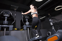 En ung flicka går in för sportar i idrottshallen arkivfoton