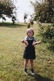 En ung flicka har gyckel i lantgården Royaltyfri Fotografi