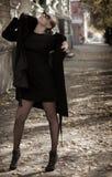 En ung flicka i ett svart lag Arkivfoto