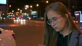 En ung flicka kallar på telefonen arkivfilmer