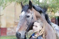 En ung flicka med en häst Royaltyfri Fotografi