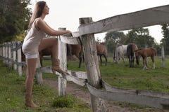 En ung flicka med en häst Arkivbild
