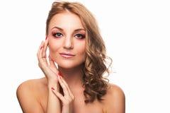 En ung flicka med ett härligt smink och ljus - brunt hår Studio som skjutas på vitbakgrund royaltyfri foto