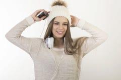 En ung flicka med hörlurar Royaltyfri Bild