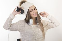 En ung flicka med hörlurar Arkivbild