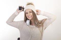 En ung flicka med hörlurar Arkivfoto