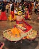 En ung flicka och en grupp människor tycker om hinduisk festival av Navratri Garba att bära som är traditionellt, konsumerar royaltyfri fotografi