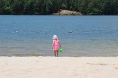 En ung flicka på stranden Arkivfoto