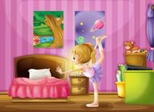En ung flicka som övar i hennes rum Fotografering för Bildbyråer