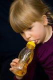 Dricka för ung flicka   Royaltyfri Bild
