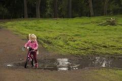 En ung flicka som lär att cykla royaltyfria foton