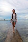 En ung flicka står i vattnet Arkivbilder