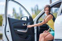 En ung flicka väljer en ny bil för henne ny köpande bil Royaltyfria Foton