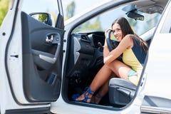 En ung flicka väljer en ny bil för henne ny köpande bil Arkivfoto