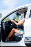 En ung flicka väljer en ny bil för henne ny köpande bil Royaltyfri Foto
