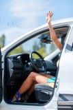 En ung flicka väljer en ny bil för henne ny köpande bil Royaltyfri Fotografi