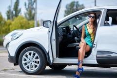 En ung flicka väljer en ny bil för henne ny köpande bil Arkivbilder