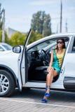 En ung flicka väljer en ny bil för henne ny köpande bil Fotografering för Bildbyråer